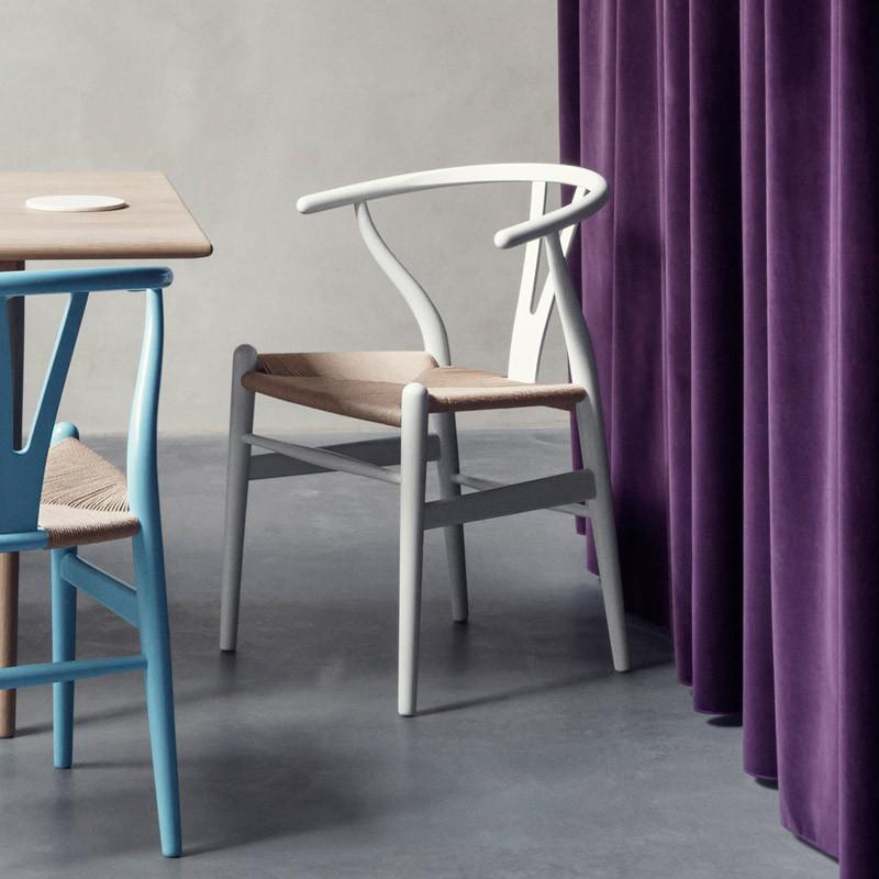 Y-tuoli, valkoiseksi maalattu pyökki, luonnonnaru